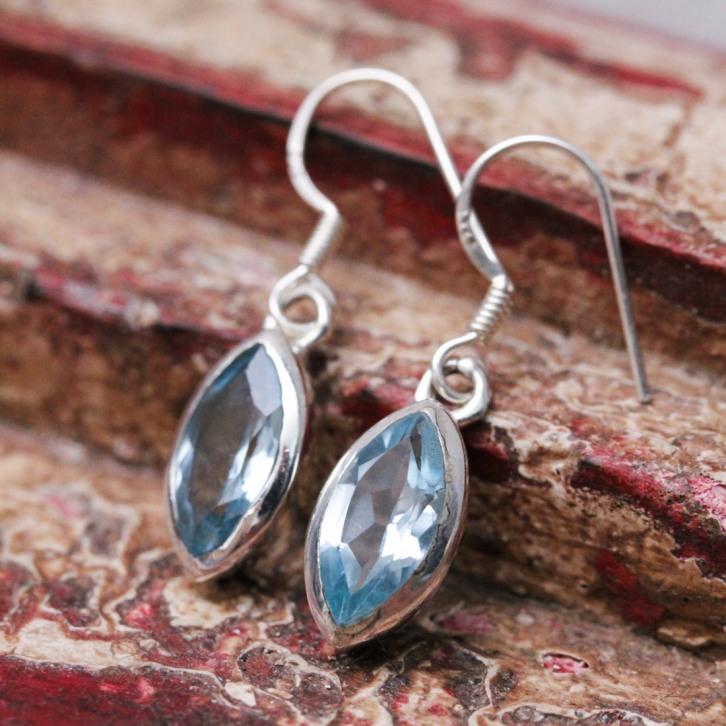 Boucles d'oreilles en argent et pierre topaze bleue