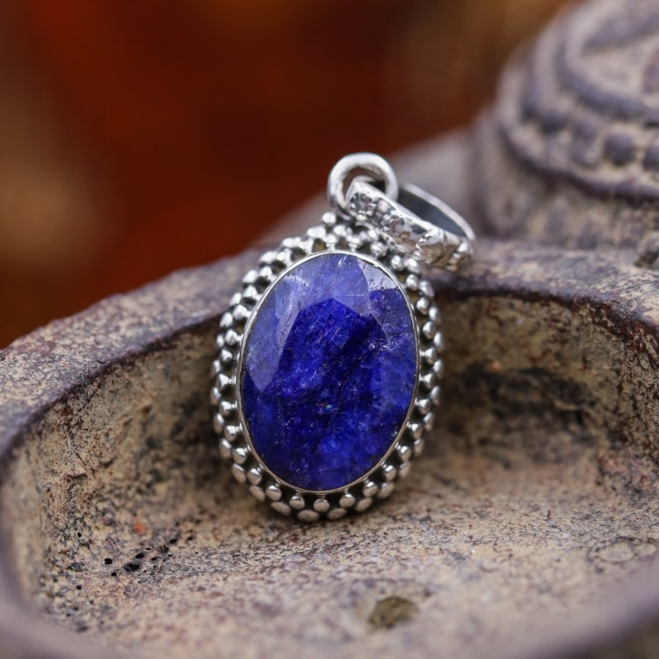 Pendentif en argent et pierre racine de saphir
